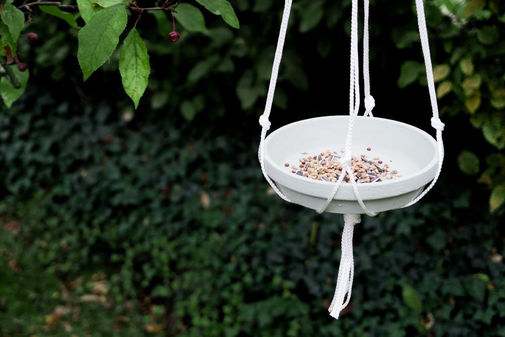 schereleimpapier DIY und Upcycling Blog aus Berlin - kreative Tutorials für Geschenke, Möbel und Deko zum Basteln - DIY Futterplatz mit Makramee für Vögel