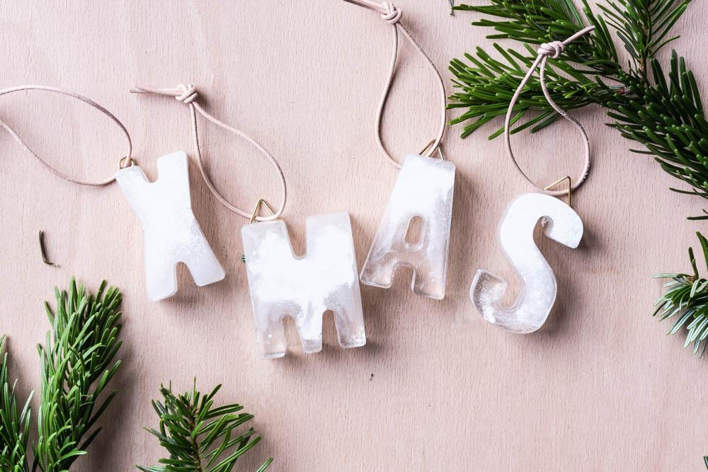 DIY Weihnachtsdeko selber machen Baumschmuck aus Gießharz -schereleimpapier DIY Blog kreative Tutorials für DIY Geschenke, DIY Möbel und DIY Deko zum Basteln