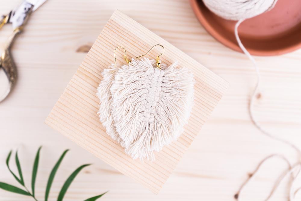 Makramee Anleitung Feder Ohrringe Schmuck selber machen schereleimpapier DIY Blog kreative Tutorials für DIY Geschenke, DIY Möbel und DIY Deko zum Basteln